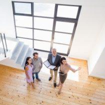 Immobilien-Besichtigung mit Maklerin und Interessierten