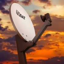 Satelliten-Schüssel auf Gebäudedach vor Nachthimmel