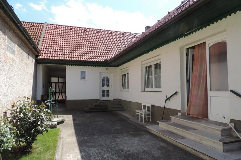 Helles Landhaus mit Innenhof, Garten und Nebengebäuden