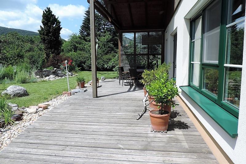 gbild -- Sie wollen keine Nachbarn, keinen Straßenlärm? Ruhe und Natur im Architektenhaus sind garantiert - Bungalow hell und geräumig mit gepflegtem Garten und Garage /  / 2410Hainburg an der Donau / Bild 3