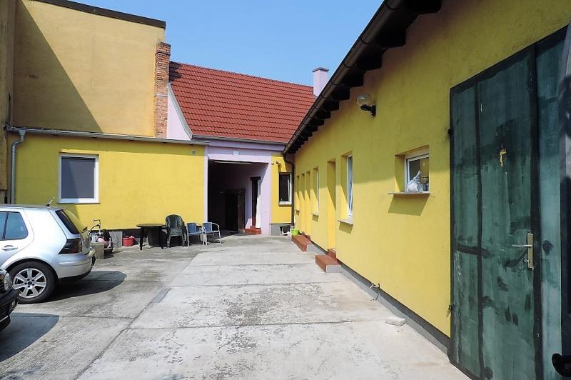 gbild -- Helles Familienhaus mit Innenhof und großem Obstgarten /  / 2261Angern an der March / Bild 1