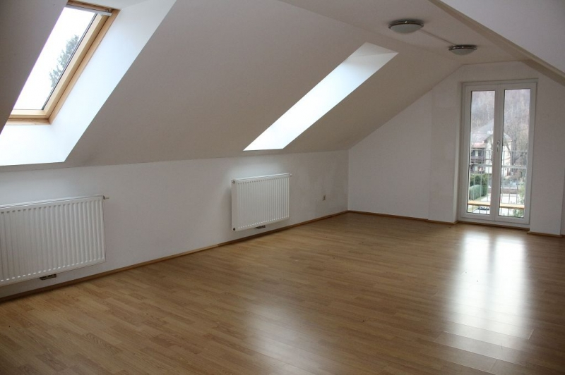 PURKERSDORF, WINTERGASSE, sonniges 68 m2 Dachgeschoss, 2 Zimmer, Komplettküche, Wannenbad, Parketten, fixer KFZ-Abstellplatz;