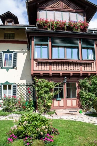 Haushälfte mit 3 Wohneinheiten & 400 m² Garten, Garage & 2 Parkplätze